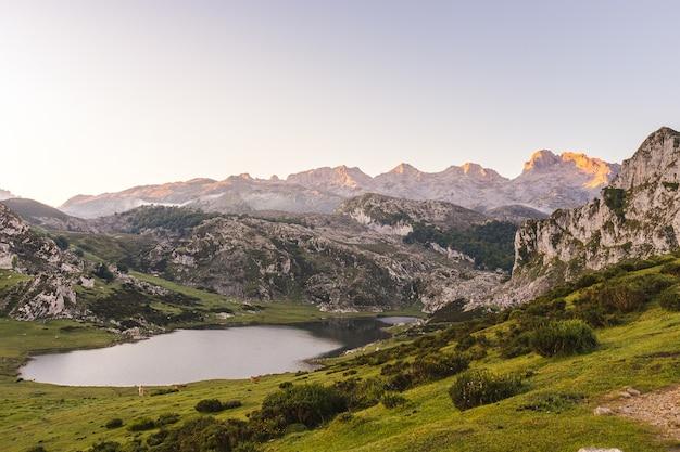 Disparo de alto ángulo del lago ercina rodeado de montañas rocosas
