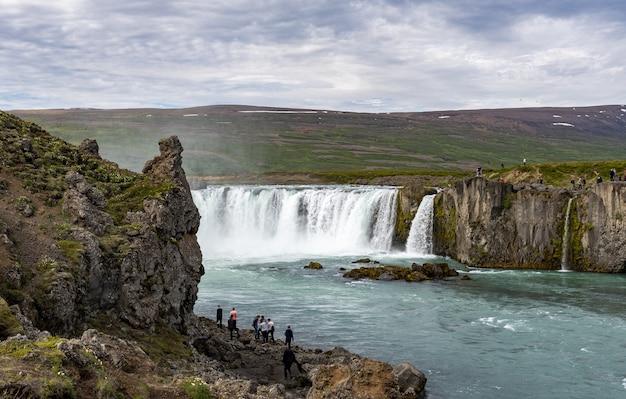 Disparo de alto ángulo de la laguna godafoss fossholl en islandia