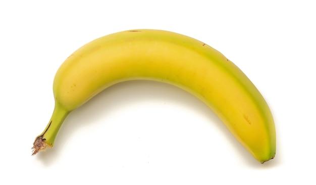 Disparo de alto ángulo de un plátano aislado sobre superficie blanca