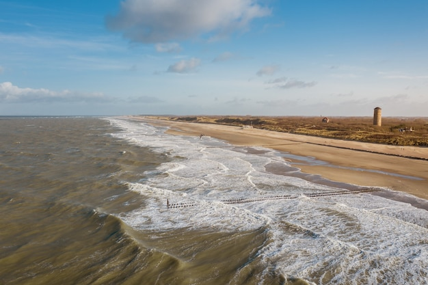 Disparo de alto ángulo de la playa en domburg, holanda