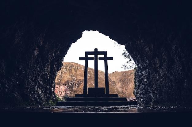 Disparo de ángulo bajo las cruces de piedra del santuario de covadonga, covadonga, españa