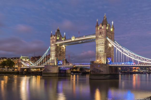 Disparo de ángulo bajo del famoso tower bridge de londres durante la noche
