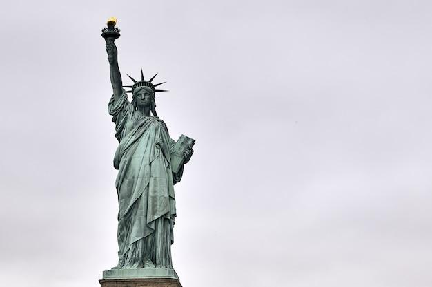Disparo de ángulo bajo de la increíble estatua de la libertad en nueva york, ee.