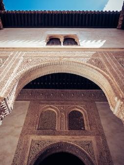 Disparo de ángulo bajo el palacio de la alhambra en granada, españa