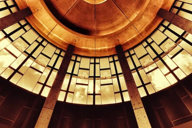 Disparo de ángulo bajo del techo del museo y salón de la fama de la música country de nashville en los estados unidos
