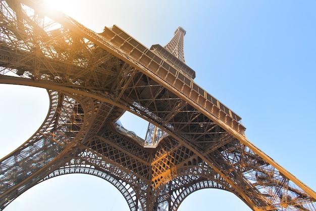Disparo de ángulo de la torre eiffel en parís, francia