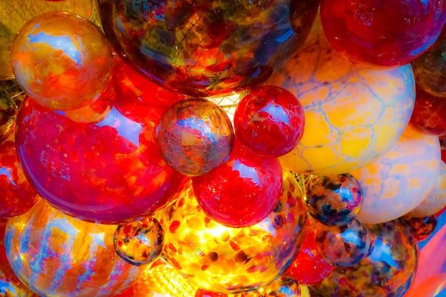 Disparo de ángulo bajo de vidrio bolas rojas adornos navideños en el mercado