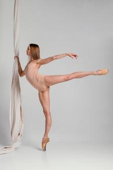 Disparo completo de la actuación de la bailarina