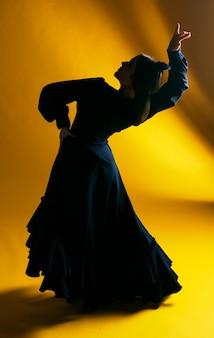 Disparo completo hermosa bailarina agachándose
