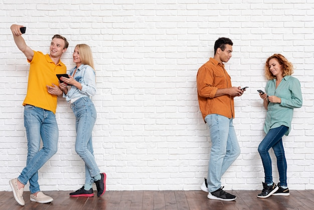 Disparo completo parejas junto con teléfonos