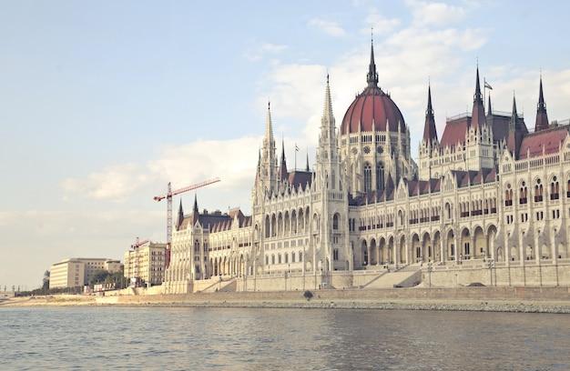 Disparo distante del edificio del parlamento húngaro en budapest, hungría