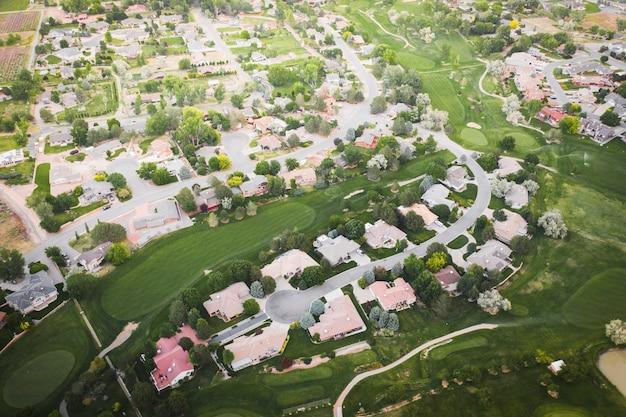 Disparo de drone de un pueblo suburbano de lujo