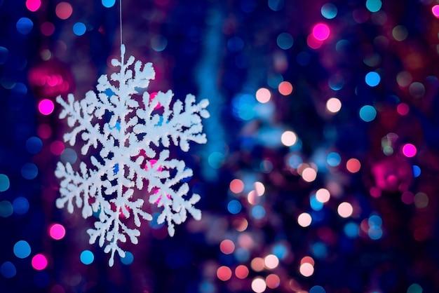 Disparo de enfoque selectivo de adornos y decoraciones navideñas