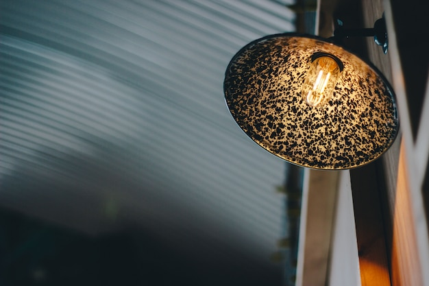 Disparo de enfoque selectivo de ángulo bajo de una lámpara con un diseño interesante