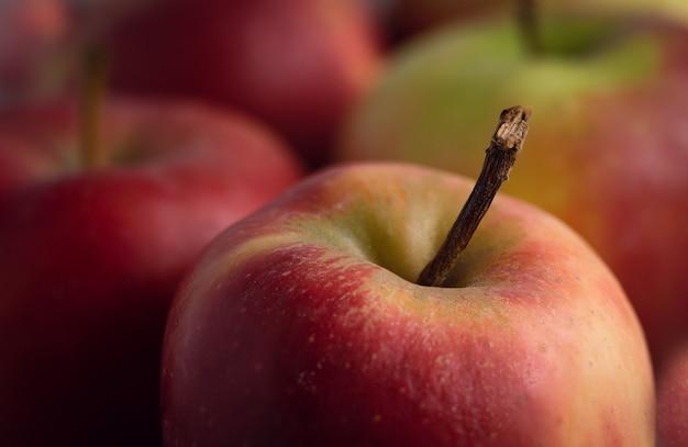 Disparo de enfoque selectivo de manzanas rojas colocadas sobre la mesa