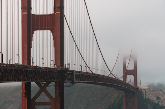 Disparo de enfoque selectivo del puente golden gate cubierto de niebla en san francisco, california, ee.uu.