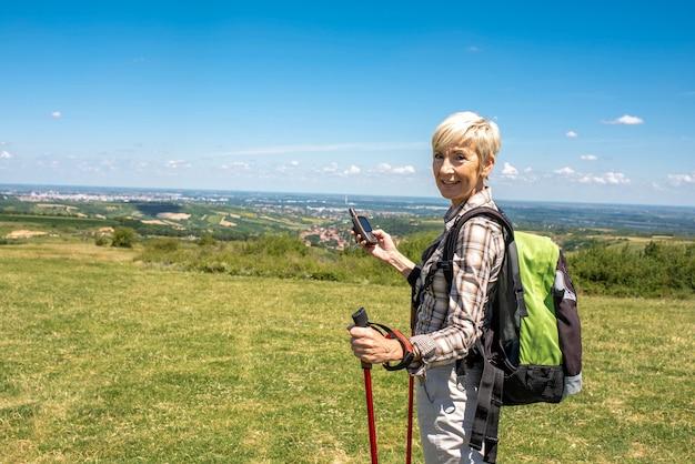 Disparo de enfoque superficial de una anciana viajera en un gran campo