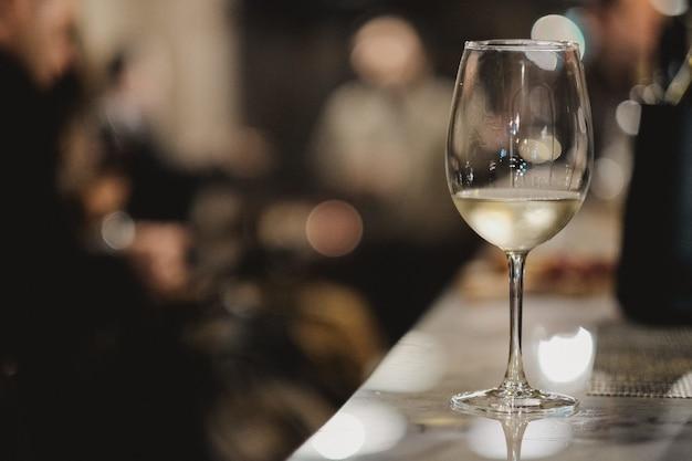 Disparo de enfoque superficial de una copa de vino blanco