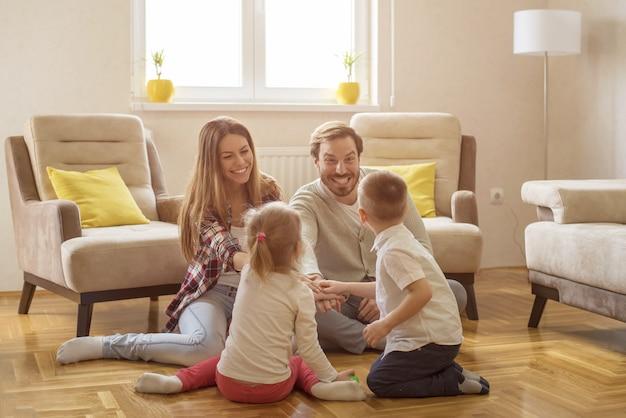 Disparo de enfoque superficial de una feliz familia caucásica divirtiéndose jugando un juego