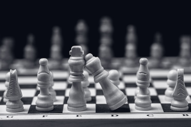 Disparo en escala de grises del juego de ajedrez en el tablero de ajedrez