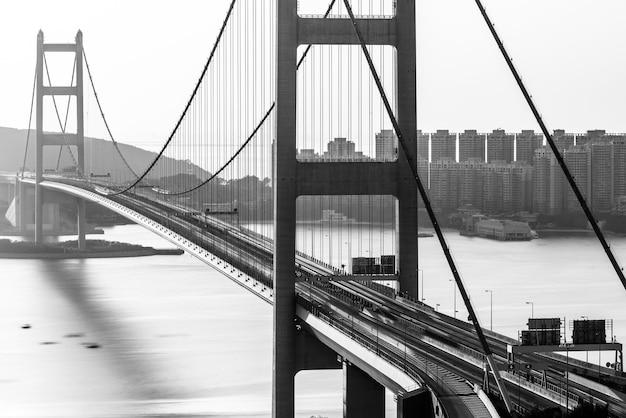 Disparo en escala de grises del puente tsing ma capturado durante el día en hong kong