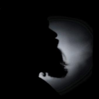 Disparo en escala de grises de la silueta de una barba
