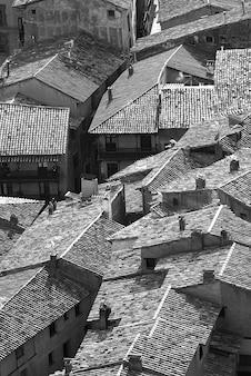 Disparo en escala de grises de los tejados de un pequeño pueblo de españa