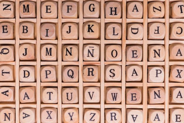 Disparo de fotograma completo del alfabeto dispuesto en dados de madera
