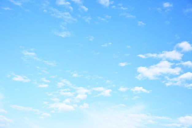 Disparo de gran angular de cielo azul con nubes, puede utilizarse como fondo