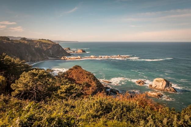 Disparo de gran angular de la playa del silencio en asturias, españa