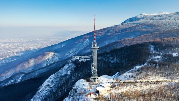 Disparo de gran angular de una torre de satélite en la montaña