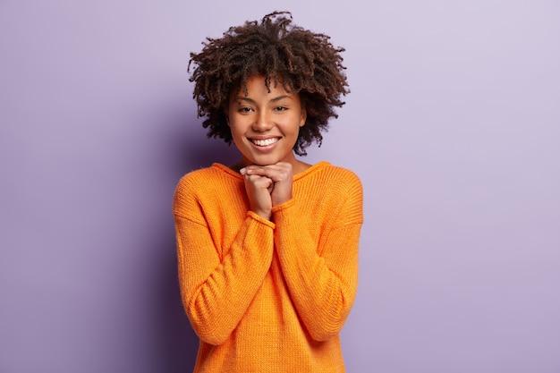 Disparo horizontal de feliz mujer afroamericana con gran sonrisa
