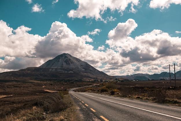 Disparo horizontal del monte erriga, irlanda bajo el cielo azul y nubes blancas