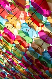 Disparo inclinado de una hermosa pantalla de coloridos paraguas flotantes