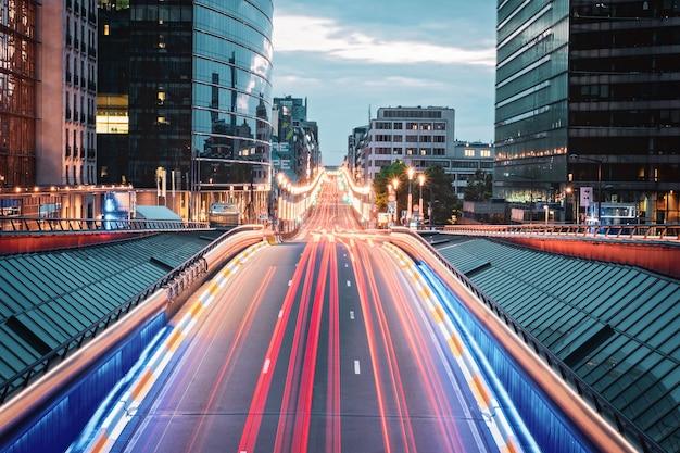 Disparo de larga exposición desde el puente en bruselas con senderos de luz, bélgica