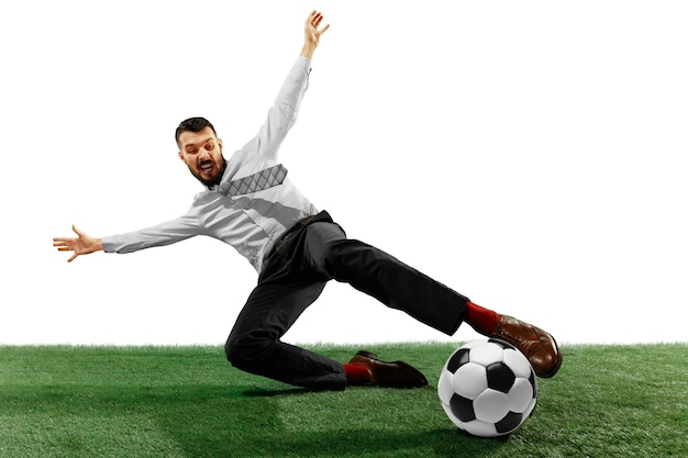 Disparo de longitud completa de un joven empresario jugando al fútbol aislado en blanco.