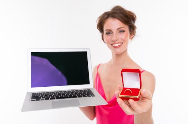 Disparo de medio cuerpo de la novia con anillo de compromiso y computadora portátil