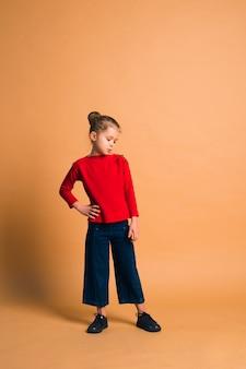 Disparo de moda linda chica posando sobre fondo de color en estudio