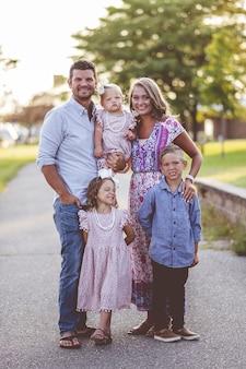 Disparo vertical de una adorable familia feliz en un parque