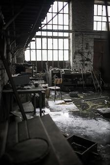 Disparo vertical de un almacén desordenado abandonado