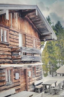 Disparo vertical de una antigua casa de madera bajo la luz del sol