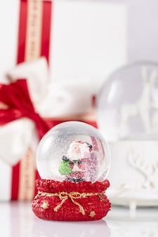 Disparo vertical de una bola de cristal de navidad