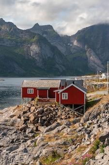 Disparo vertical de las cabañas rojas en la costa de hamnøy, islas lofoten, noruega