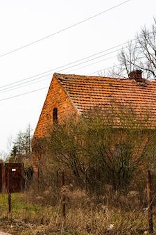 Disparo vertical de la casa de ladrillos y un jardín junto a ella