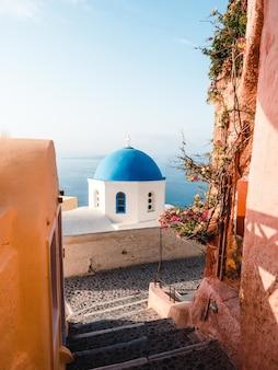 Disparo vertical de una cúpula azul en santorini, grecia