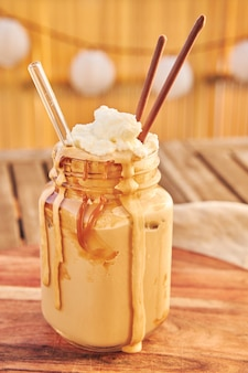 Disparo vertical de un delicioso café dalgona con caramelo