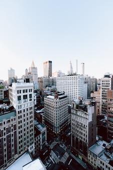 Disparo vertical de los edificios y rascacielos en la ciudad de nueva york, estados unidos
