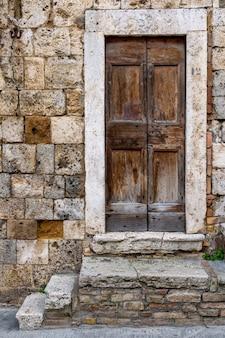Disparo vertical de una de las entradas del edificio histórico de san gimignano en toscana, florencia
