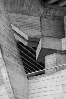 Disparo vertical en escala de grises de un antiguo ático con techo de madera