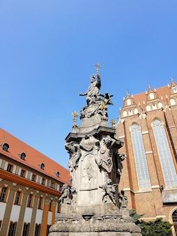 Disparo vertical de una estatua fuera de la catedral de san juan bautista de varsovia, polonia